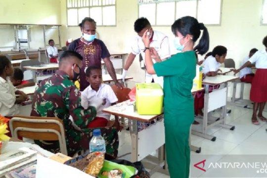 Satgas TNI-Puskesmas Agimuga berikan layanan kesehatan siswa SD