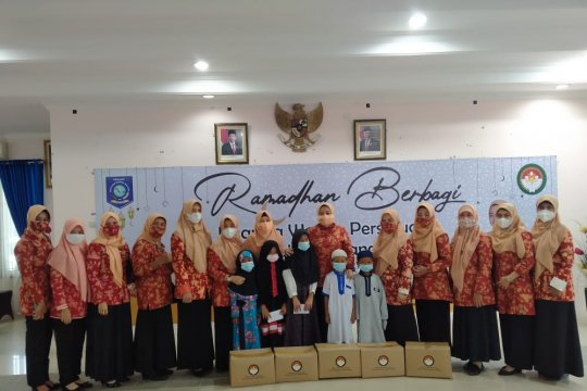 Tingkatkan kepedulian di bulan Ramadan, DWP Babel bagikan 245 paket sembako