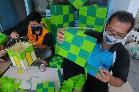 Kerajinan lampion bentuk ketupat