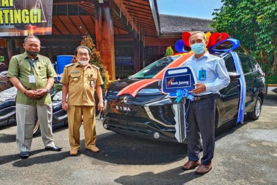 Bupati Banjarnegarq serahkan hadiah Xpander Tabungan Bima Bank Jateng