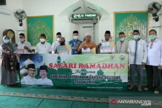 Gubernur Erzaldi serahkan zakat ASN Pemprov Babel di Masjid Al-Ihram Belitung