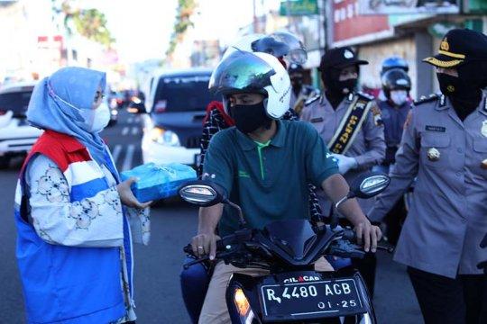 Peringati Hari Kartini, Pertiwi RU IV Cilacap bagikan masker dan santapan berbuka