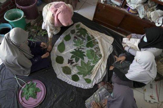 Produksi mukena dan hijab dengan pewarnaan alami