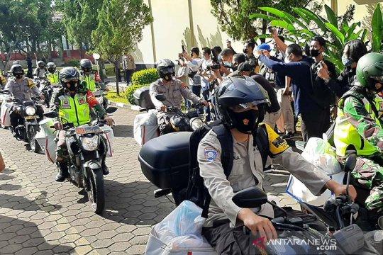 TNI/Polri dan UMKM di Banyumas bagikan paket sembako