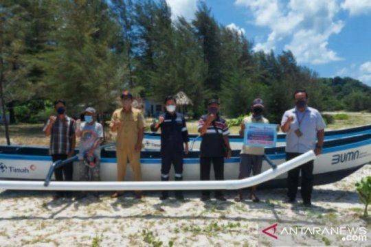 PT Timah salurkan bantuan perahu fiber kepada nelayan