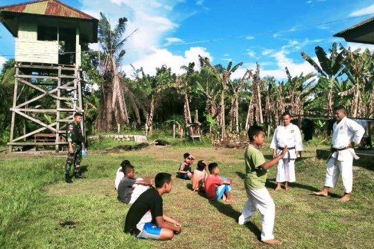 Satgas TNI beri latihan bela diri karate untuk anak di perbatasan RI-PNG