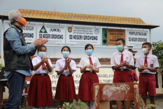 Gubernur Jateng hadiahi pelajar desa terpencil Magelang jaringan internet