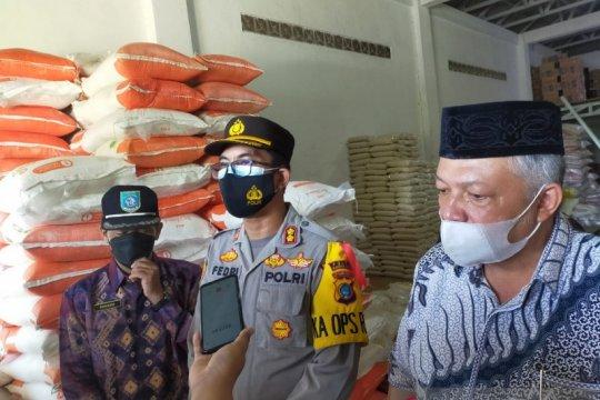 Polisi Bangka Barat meminta warga laporkan penimbun sembako