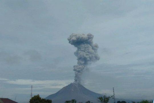 Sinabung erupsi, semburkan abu vulkanik setinggi 2.800 meter