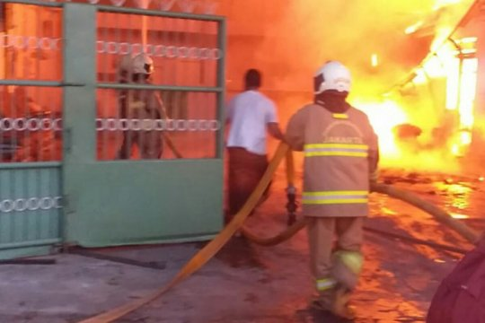 Ditinggal mudik, gudang plastik ludes terbakar