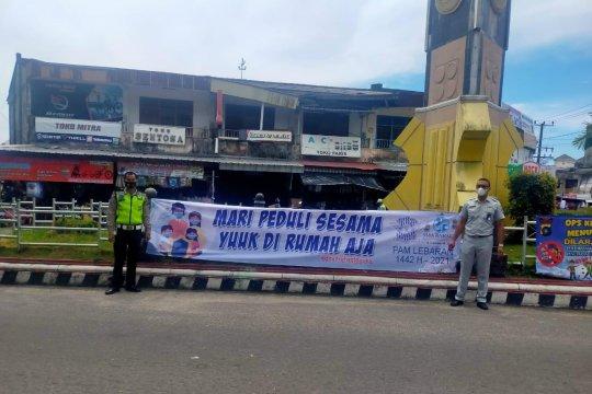 Jelang Lebaran, Jasa Raharja Babel Bersama Kepolisian Pasang Spanduk Himbauan Cegah Lakalantas