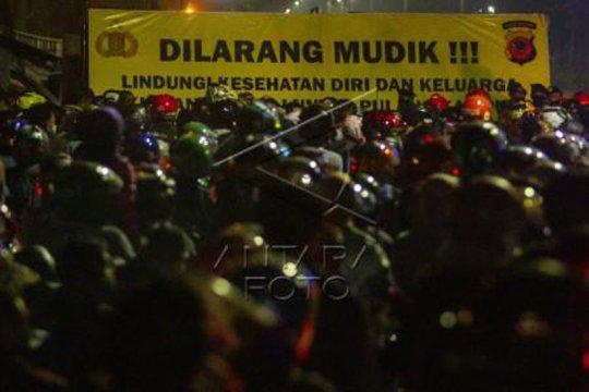 Pemudik sepeda motor terjebak kemacetan di Subang