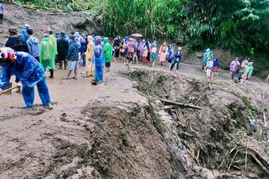 Banjir bandang hantam ladang dan kebun warga di Nagari Bukik Batabuah, Agam