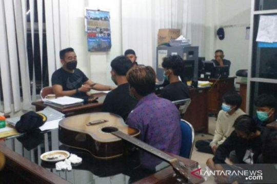 Satpol PP Belitung amankan tujuh remaja sedang mengkonsumsi bubuk kratom