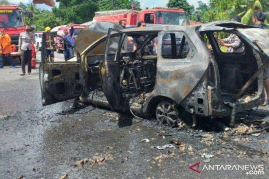 Satu unit mobil terbakar diduga karena percikan api dari tangki bahan bakar