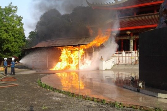 Bangunan penyalaan lilin Kelenteng Sam Po Kong terbakar