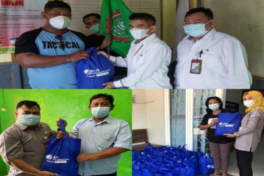May Day, BPJAMSOSTEK Semarang Pemuda bagikan paket sembako ke buruh.