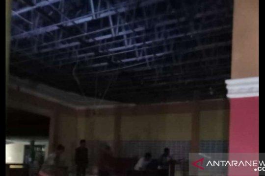 Gempa Blitar runtuhkan plafon aula Desa Sarimulyo Jember