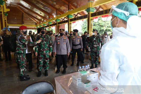 Kapolri dan Panglima TNI cek vaksinasi di Kudus, Bangkalan, dan Bandung