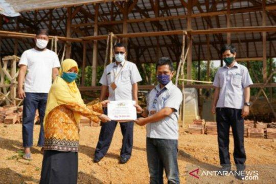 Komitmen dukung pendidikan, PT Timah serahkan bantuan untuk Sekolah Alam Pangkalpinang