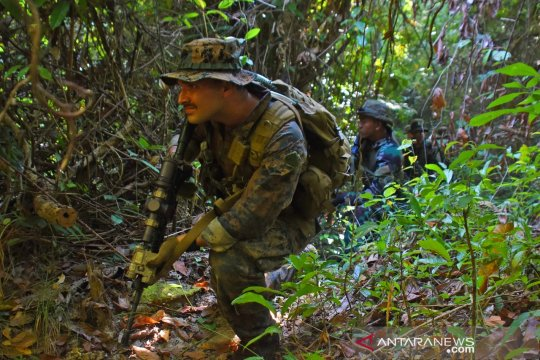 Marinir Indonesia-AS berlatih perang hutan di Gunung Tumpang Pitu