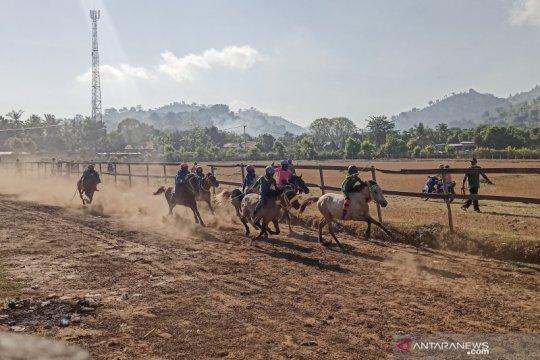 Menparekraf mengupayakan tradisi pacuan kuda di Bima masuk wisata nasional