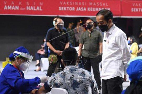 Presiden tinjau vaksinasi pelaku jasa keuangan