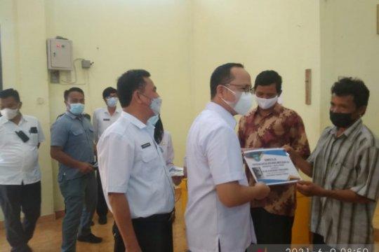 127 nelayan di Bangka Tengah terima kartu asuransi