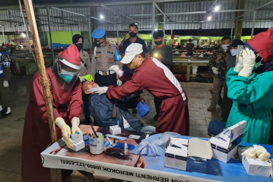 Satgas COVID-19 Pangkalpinang lakukan uji usap massal pedagang di Pasar Induk