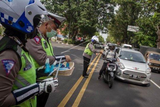 Polisi bagikan masker dan cairan pembersih tangan Page 2 Small