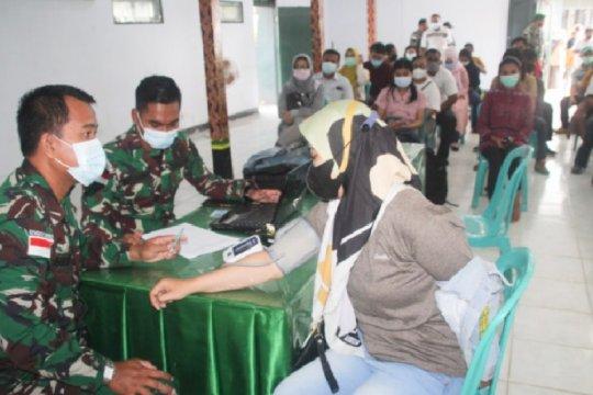 Prajurit TNI dan warga sekitar Kodim Merauke disuntik vaksin COVID-19