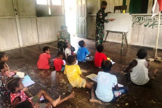 Satgas TNI Yonif 131 bimbing belajar anak di perbatasan RI-PNG