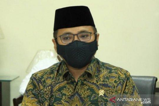 Menteri Agama meminta warga untuk sementara beribadah di rumah