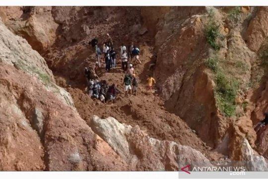 Enam penambang timah di Bangka tertimbun longsor