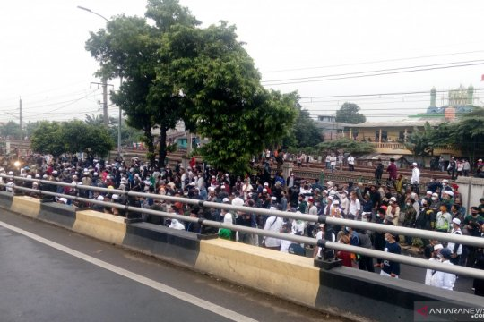 "Massa simpatisan Rizieq Shihab kepung ""flyover"" Pondok Kopi"