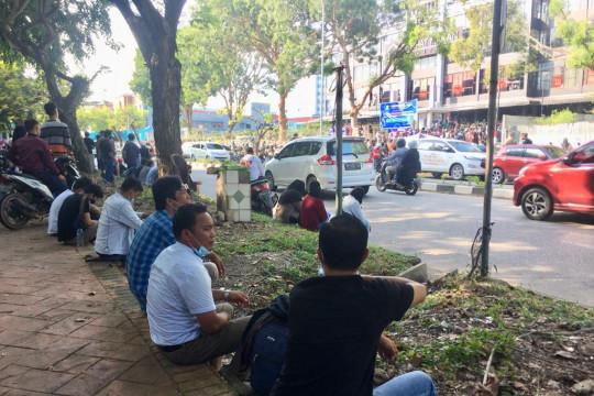 Antrian warga menunggu vaksin di Batam Page 3 Small