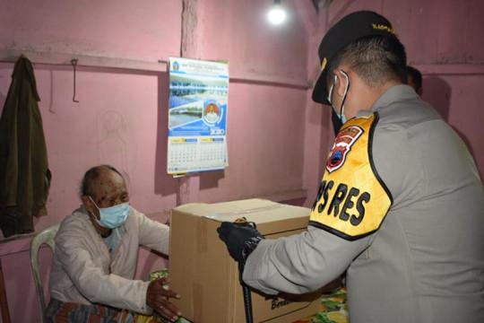 Polres Temanggung beri bantuan paket sembako bagi warga terdampak COVID-19
