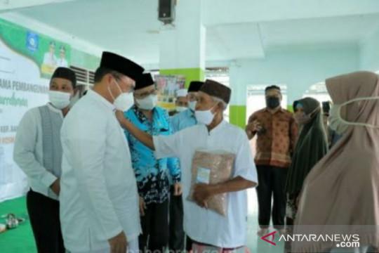 Gubernur Erzaldi serahkan paket sembako untuk mustahik Desa Teru