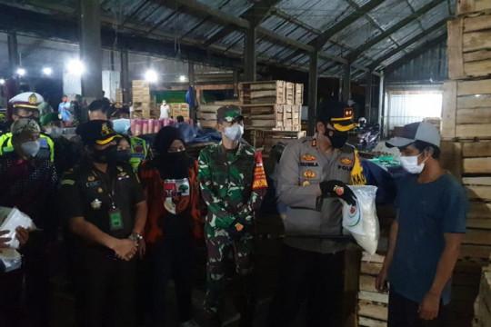 Polres Banjarnegara gelar patroli skala besar dan bagikan sembako kepada warga
