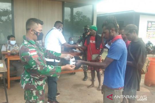 Satgas TNI Yonif 611 bagi masker untuk warga perbatasan cegah COVID-19