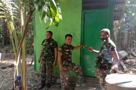 Personel TNI Koramil Sentani bangun jamban MCK rumah warga Khalkote Riki Ongge