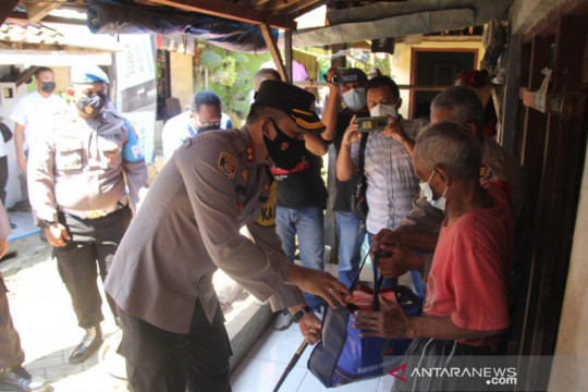Polres Pekalongan Kota gandeng wartawan salurkan bansos terdampak COVID-19