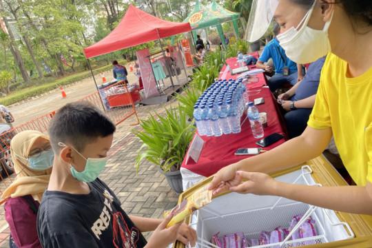 10.000 es krim dibagikan gratis beri keceriaan di 2 sentra vaksinasi Jakarta