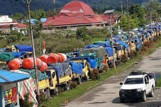 Ratusan kendaraan tertahan akibat massa merusak jembatan di Yalimo