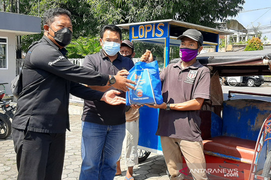 PWI-Polresta Banyumas salurkan paket sembako bagi warga terdampak PPKM
