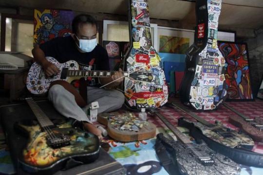 Gitar elektrik kolase limbah kertas