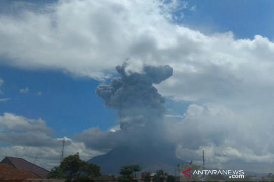 Sinabung erupsi luncurkan abu vulkanik setinggi 4.500 meter