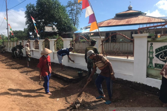 Satgas TNI bersama warga perbatasan bersihkan rumah ibadah