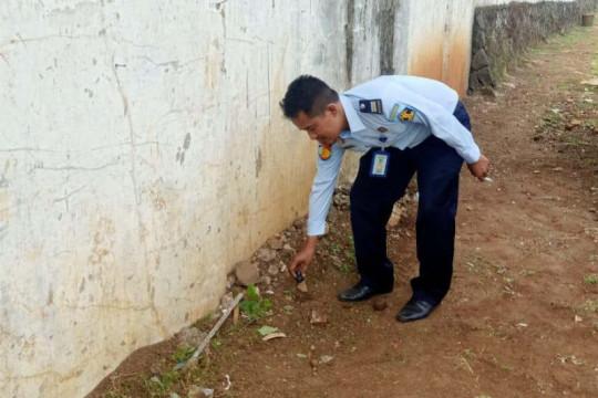 Sabu-sabu diselundupkan ke Lapas Kedungpane dengan cara dilempar dari luar tembok