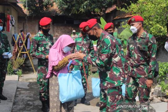 Kopassus TNI AD bagikan 1.000 paket sembako secara